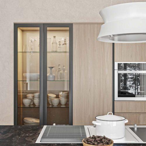 Scegliendo un piano Domino si possonocombinare più soluzioni di cottura, qui accompagnate dal design unico della cappaa lampadario Dama di Falmec.